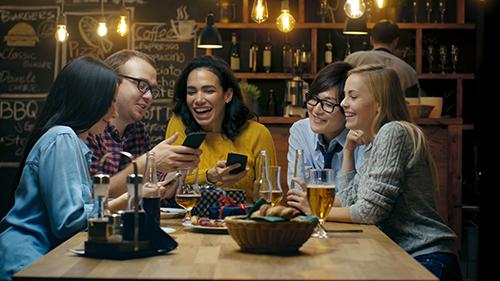 Freunde sitzen gemeinsam in einer Bar