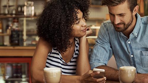 Frau und Mann sitzen im Café