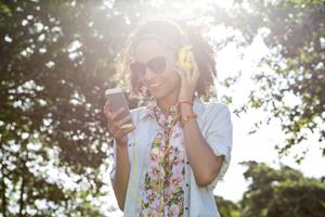spotify.com/redeem-vrouw-luister-muziek